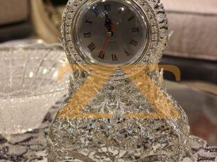 ساعة من المعدن الفضي