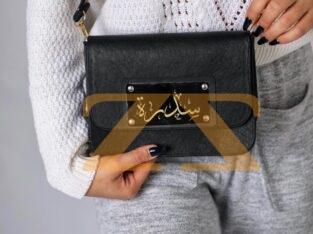 حقيبة نسائية مع تصميم اسم